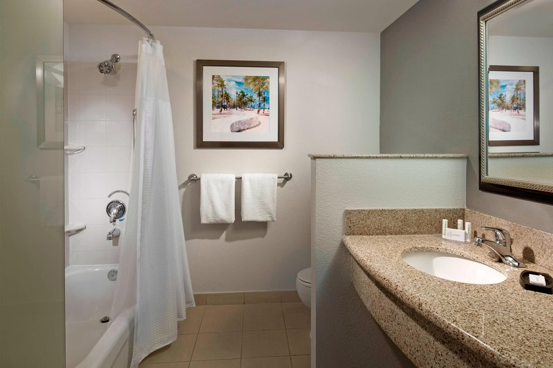 Courtyard Marriott Fort Lauderdale Airport & Cruise Port-Guest Bathroom<br/>Image from Leonardo