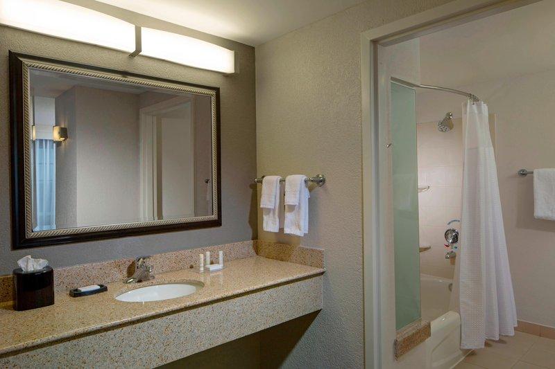 Courtyard Marriott Fort Lauderdale Airport & Cruise Port-Suite Bathroom<br/>Image from Leonardo