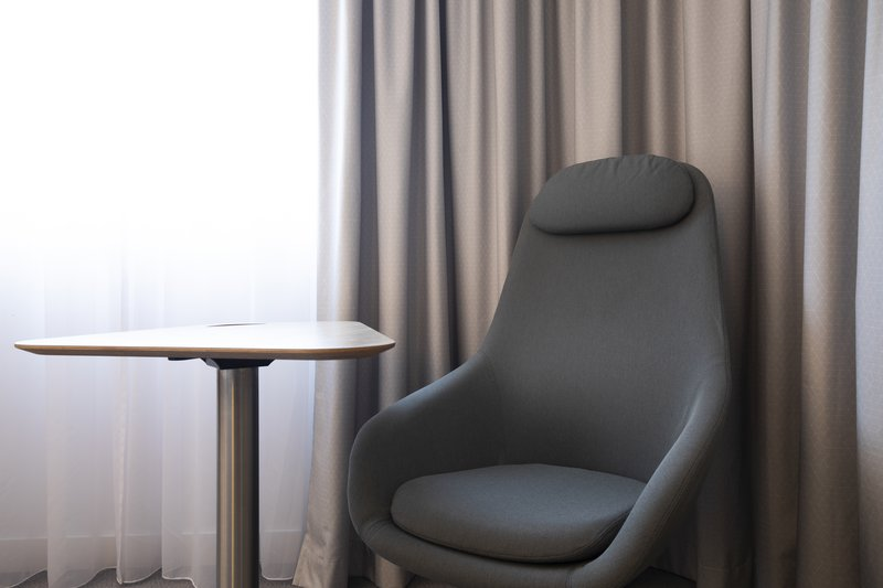 Holiday Inn Express Hamburg - City Hauptbahnhof-Accessible room with a movable desk and a chair for work or rest. <br/>Image from Leonardo