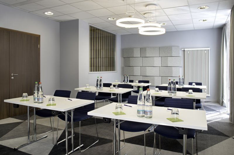 Holiday Inn Express Stuttgart Airport-A well-equipped, bright meeting room for business gatherings. <br/>Image from Leonardo