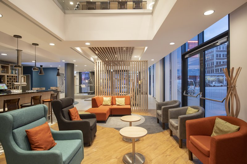 Holiday Inn Express Hamburg - City Hauptbahnhof-Comfortable lounge area perfect for informal meetings.<br/>Image from Leonardo