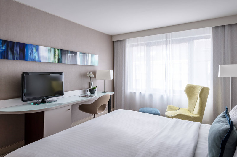 Courtyard Munich City Center-King Deluxe Guest Room<br/>Image from Leonardo