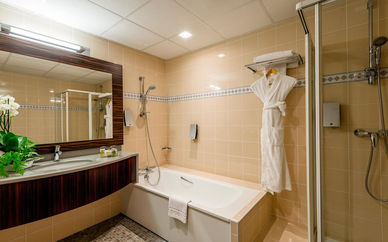 Holiday Inn Toulouse Airport-Junior Suite Bathroom<br/>Image from Leonardo