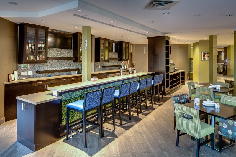Holiday Inn Sudbury-Enjoy a specialty cocktail or unique wine at our lounge bar<br/>Image from Leonardo