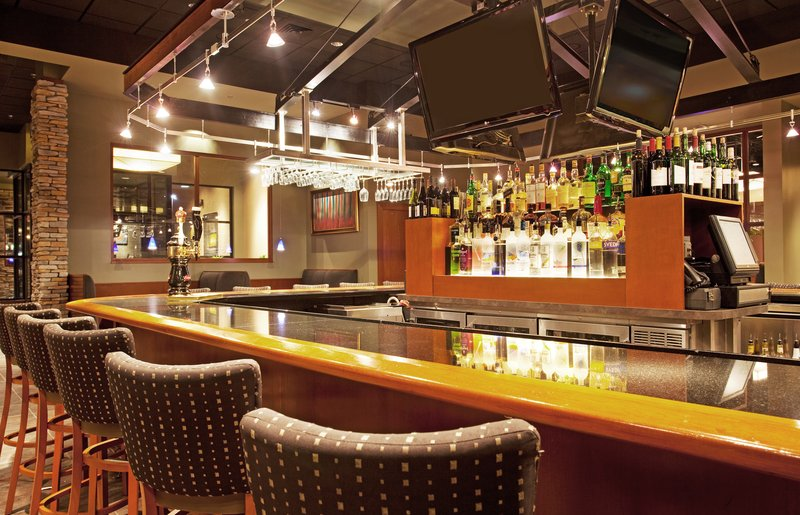 Holiday Inn Hotel & Suites Bloomington - Airport-Bar and Lounge , perfect to watch your favorite team win<br/>Image from Leonardo