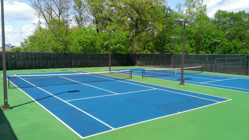 Crowne Plaza Minneapolis West-Tennis courts<br/>Image from Leonardo