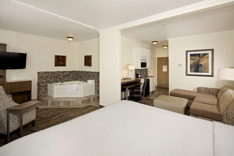 Holiday Inn Express and Suites-Jacuzzi Suite<br/>Image from Leonardo