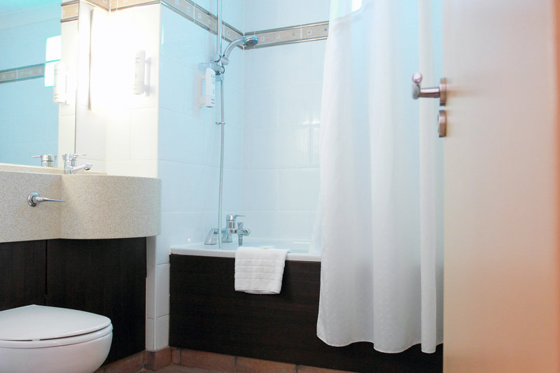 Holiday Inn A55 Chester West-Executive Room larger size bathroom with shower over jacuzzi bath<br/>Image from Leonardo
