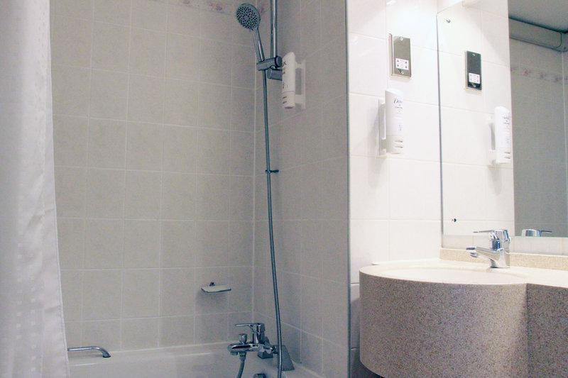 Holiday Inn A55 Chester West-Shower over bath with Lux and Dove toiletries<br/>Image from Leonardo