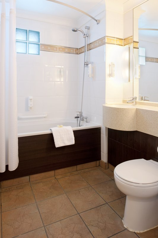 Holiday Inn A55 Chester West-Executive Room bathroom with jacuzzi bath and premium towels<br/>Image from Leonardo
