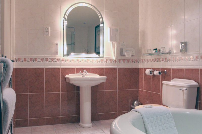 Holiday Inn A55 Chester West-Castle Suite Bathroom<br/>Image from Leonardo