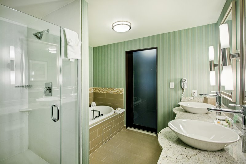 Holiday Inn Saskatoon Downtown-Deluxe Suite Guest Bathroom<br/>Image from Leonardo