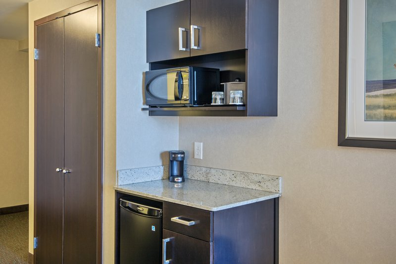 Holiday Inn Saskatoon Downtown-Two Queen Deluxe Guest Room kitchenette<br/>Image from Leonardo