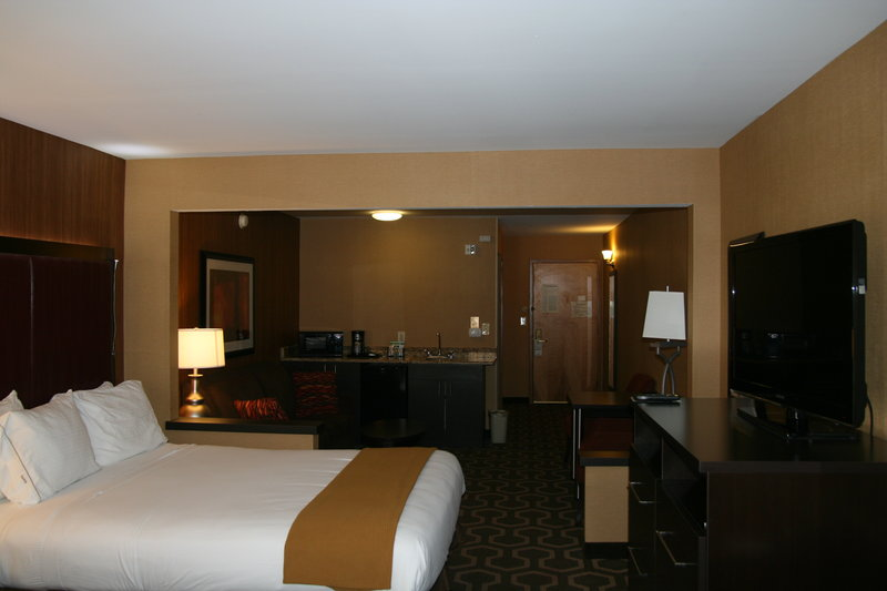 Holiday Inn Express & Suites Vineland Millville-Two Queen Leisure Suite Hearing<br/>Image from Leonardo