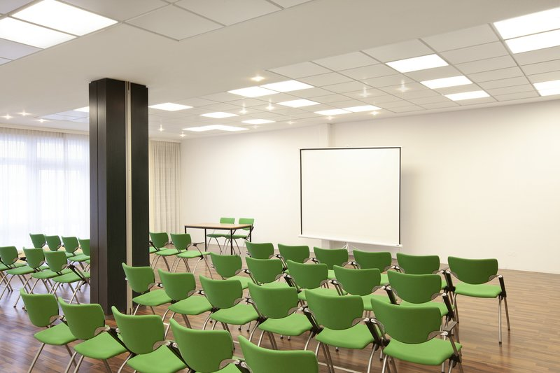 Holiday Inn Leipzig - Gunthersdorf-Well-equipped meeting room for presentations and corporate events.<br/>Image from Leonardo