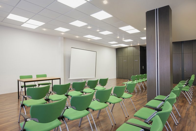Holiday Inn Leipzig - Gunthersdorf-Presentation equipment and complimentary Wi-Fi in a meeting room.<br/>Image from Leonardo