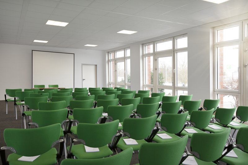 Holiday Inn Leipzig - Gunthersdorf-A light-filled meeting room, perfect for a business event.<br/>Image from Leonardo