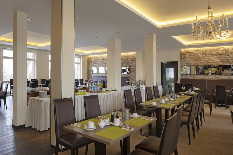 Holiday Inn Leipzig - Gunthersdorf-The spacious, light-filled dining room, with complimentary Wi-Fi.<br/>Image from Leonardo