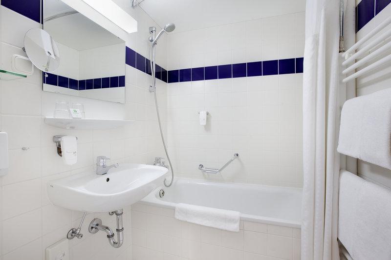 Holiday Inn Leipzig - Gunthersdorf-Power shower and bathtub in a well-equipped Holiday Inn bathroom.<br/>Image from Leonardo