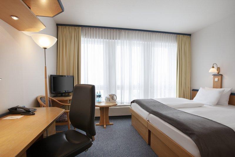 Holiday Inn Leipzig - Gunthersdorf-A light-filled guest room at Holiday Inn Leipzig - Günthersdorf.<br/>Image from Leonardo