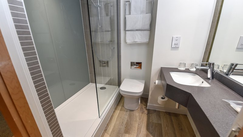 Holiday Inn Derby - Nottingham M1, Jct.25-Large Walk In Shower<br/>Image from Leonardo