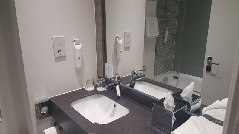 Holiday Inn Derby - Nottingham M1, Jct.25-Guest bathroom<br/>Image from Leonardo