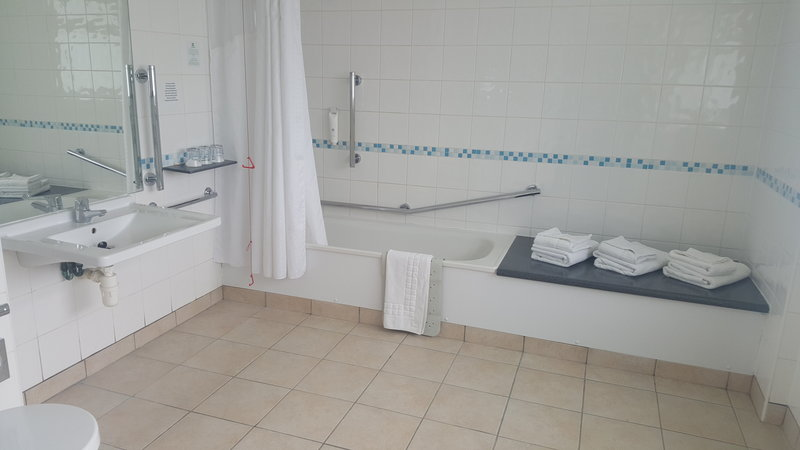 Holiday Inn Derby - Nottingham M1, Jct.25-Accessible bathroom<br/>Image from Leonardo