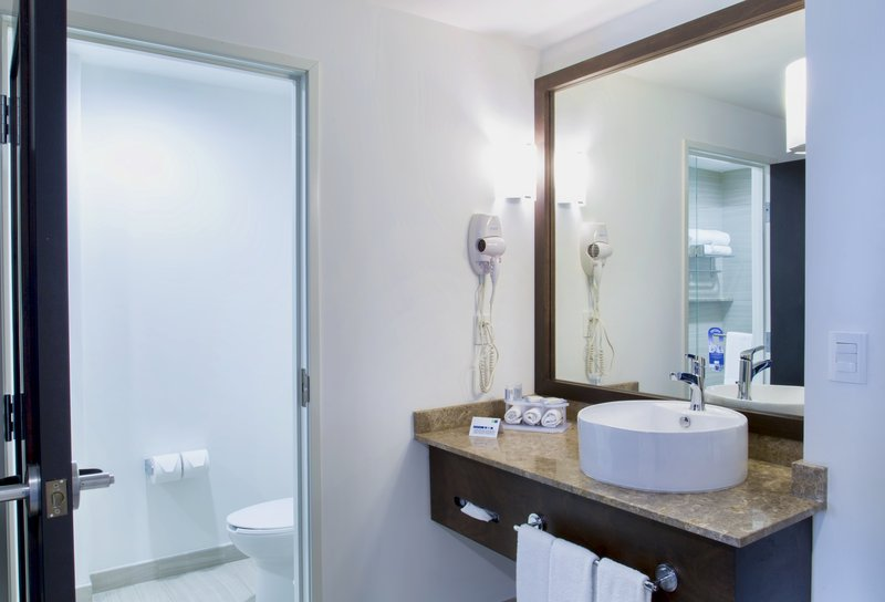 Holiday Inn Express Guadalajara Autonoma-Guest Bathroom<br/>Image from Leonardo