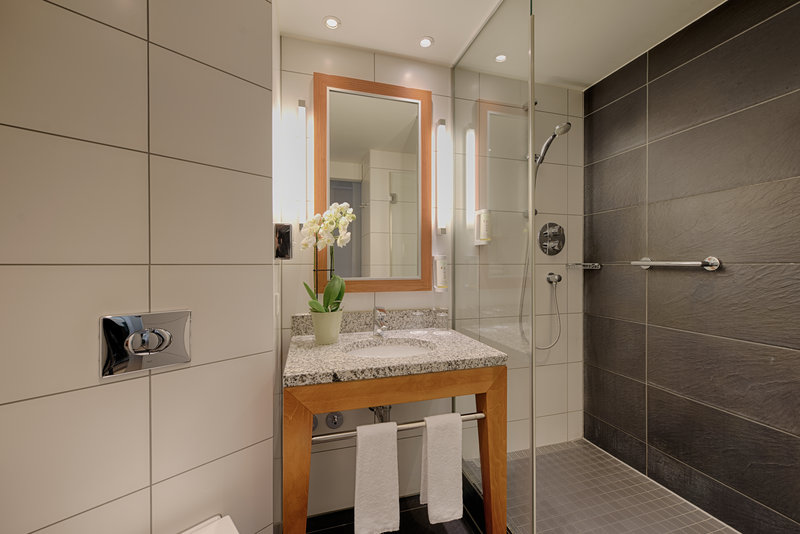 Holiday Inn Berlin Centre Alexanderplatz-Guest Bathroom with large shower<br/>Image from Leonardo