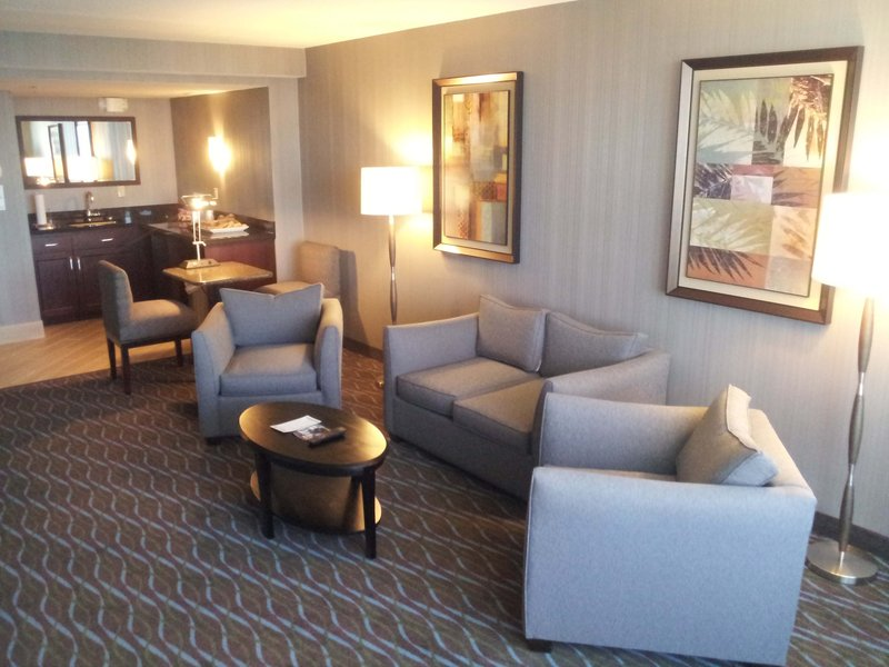 Holiday Inn Airport West Earth City-Concierge Club Lounge<br/>Image from Leonardo