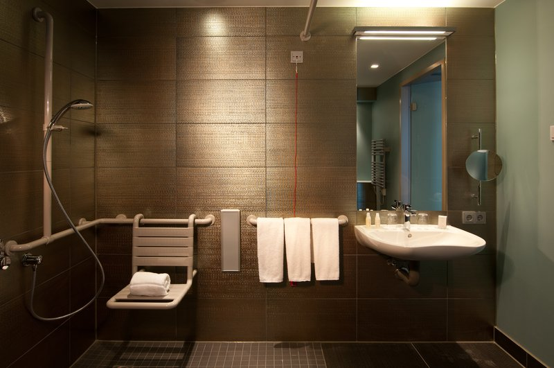 Hotel Indigo Berlin Centre Alexanderplatz-Wheelchair Accessible bathroom<br/>Image from Leonardo