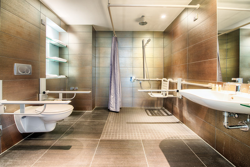 Hotel Indigo Berlin Centre Alexanderplatz-Wheelchair Accessible bathroom with rainfall shower<br/>Image from Leonardo