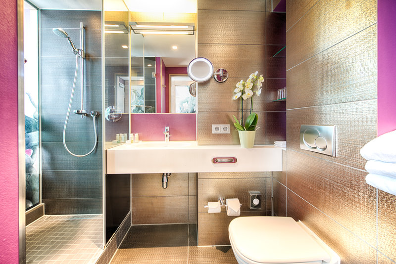 Hotel Indigo Berlin Centre Alexanderplatz-Large walk in shower in one of our standard guest rooms<br/>Image from Leonardo