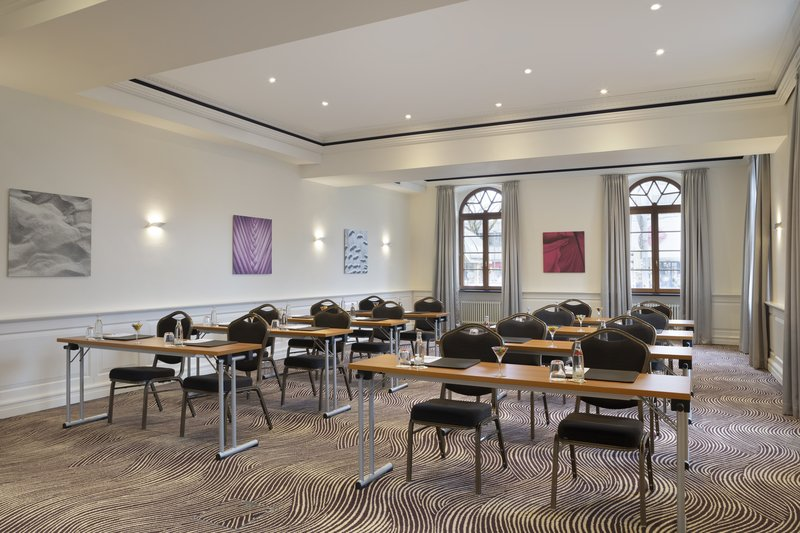 Crowne Plaza Heidelberg City Centre-Comfortable chairs and tables in a light-filled meeting room.<br/>Image from Leonardo