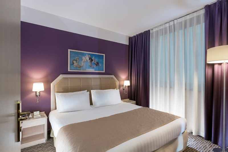 Holiday Inn Naples-Enjoy a king size bed in one of our Suite<br/>Image from Leonardo