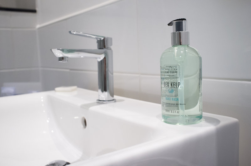 Holiday Inn Corby - Kettering A43-Bathroom<br/>Image from Leonardo