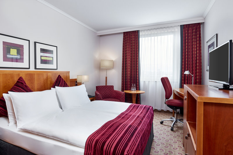Crowne Plaza Hamburg - City Alster-A well-lit standard room at Crowne Plaza Hamburg - City Alster.<br/>Image from Leonardo