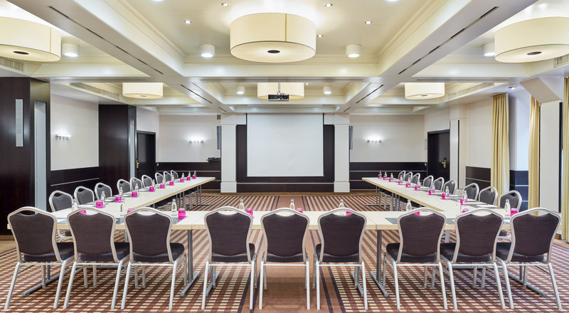 Crowne Plaza Hamburg - City Alst-Smart meeting room, with high-tech equipment for presentations.<br/>Image from Leonardo