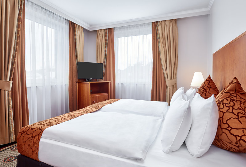 Crowne Plaza Hamburg - City Alst-Bright junior suite in Hamburg with comfortable bed and 2 windows.<br/>Image from Leonardo