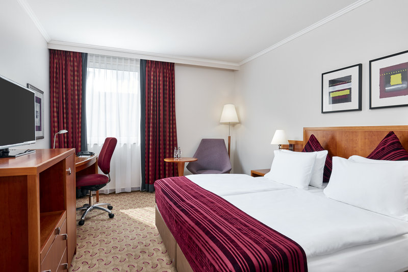 Crowne Plaza Hamburg - City Alst-Standard room in Hamburg with king-size bed and premium bedding.<br/>Image from Leonardo