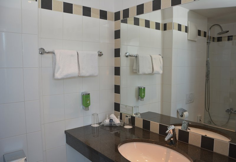 Holiday Inn Salzburg City-Your bathtub with shower and your exclusive toiletries.<br/>Image from Leonardo