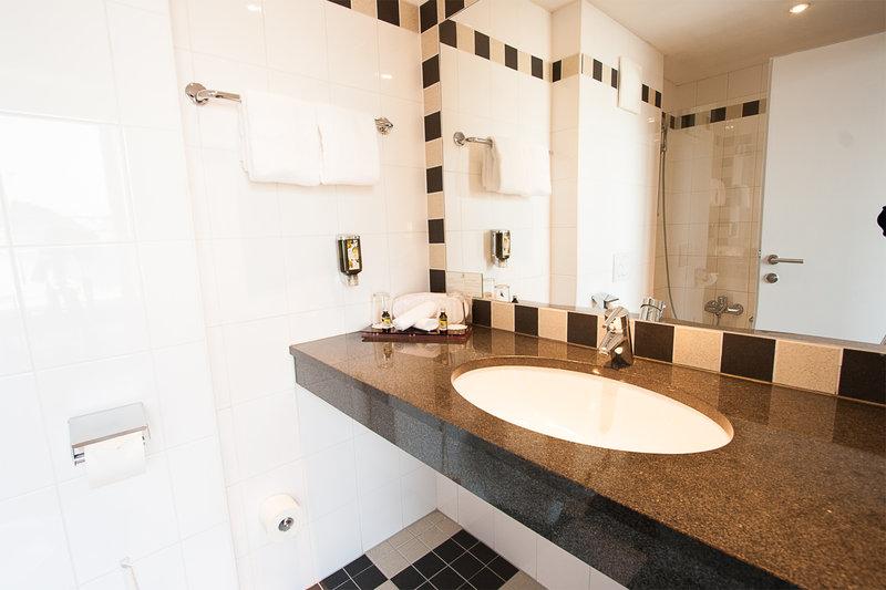Holiday Inn Salzburg City-The bathroom with bathtub in a timeless design.<br/>Image from Leonardo