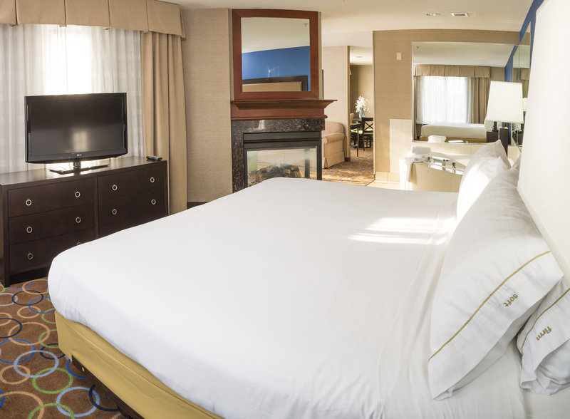 Holiday Inn Express & Suites Manchester Airport-Jacuzzi Suite<br/>Image from Leonardo