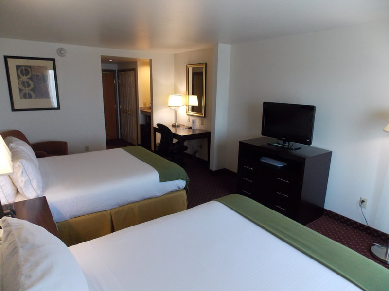 Holiday Inn Express Syracuse-Fairgrounds-Holiday Inn Express Syracuse-Fairgrounds' two queen beds<br/>Image from Leonardo