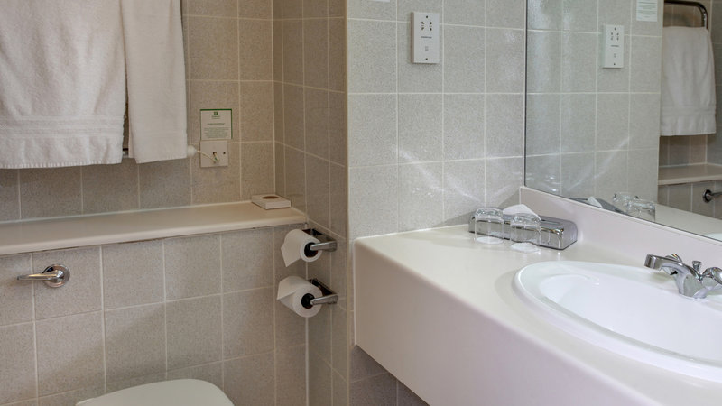 Holiday Inn Fareham - Solent-En-suite bathroom for guests<br/>Image from Leonardo
