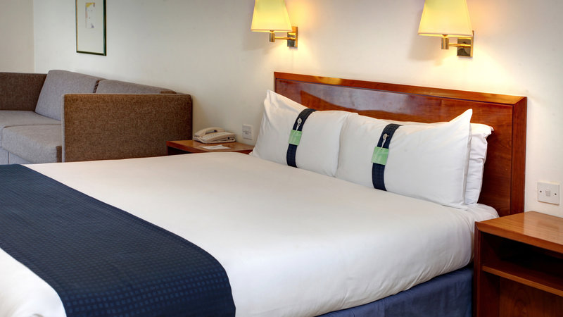 Holiday Inn Fareham - Solent-Hotel room with a double bed and sofa bed<br/>Image from Leonardo