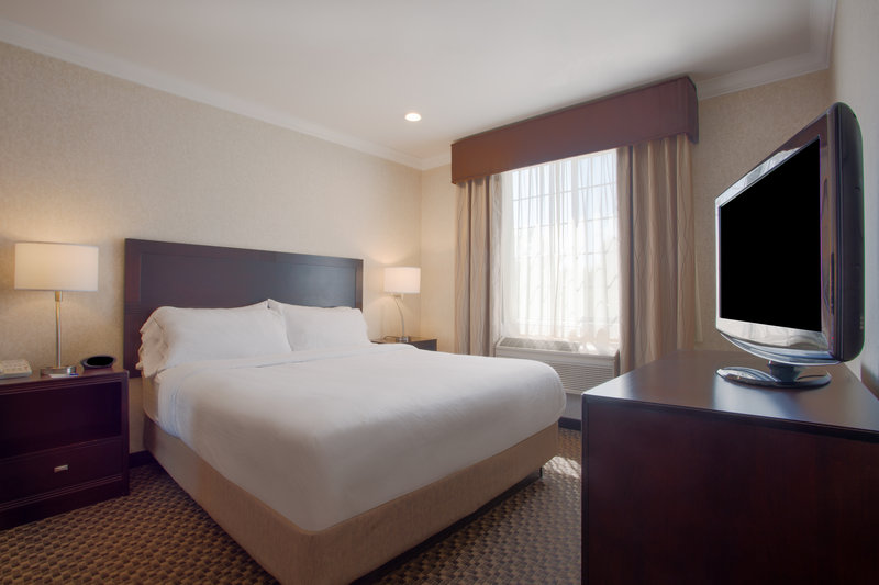 Holiday Inn Express & Suites Davis-University Area-One Bedroom Family Suite with 3 Beds<br/>Image from Leonardo