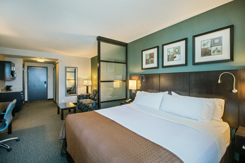 Holiday Inn Saskatoon Downtown-King bed guest room with triple sheeted, white cotton bedding<br/>Image from Leonardo