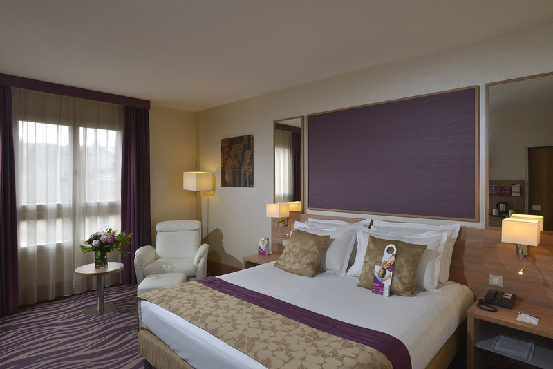 Crowne Plaza Toulouse-King bed standard room<br/>Image from Leonardo