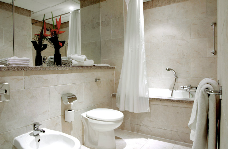 Crowne Plaza Liverpool City Centre-Enjoy the bubbles in the king suites spa bath<br/>Image from Leonardo